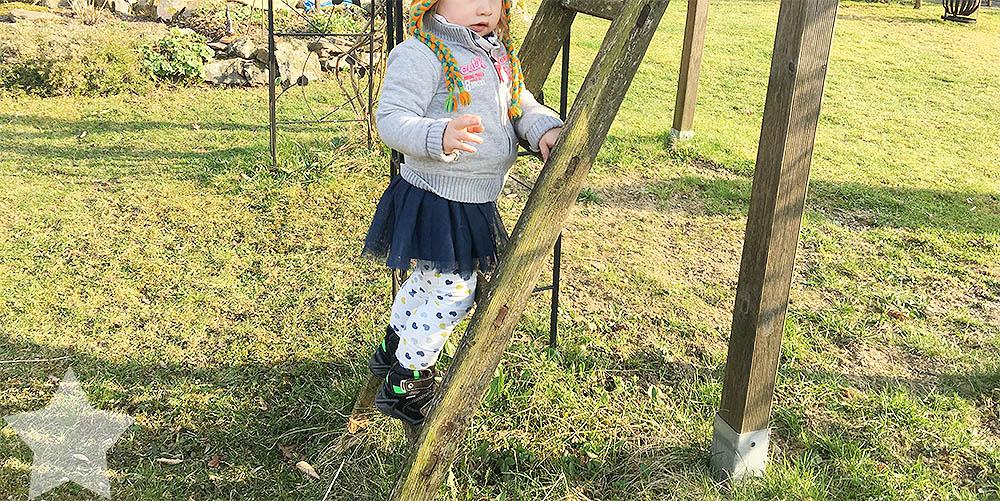 Angrillen und Sonntagseinladung - Wochenende in Bildern - www.helden-familie.de - Kleinkind klettert