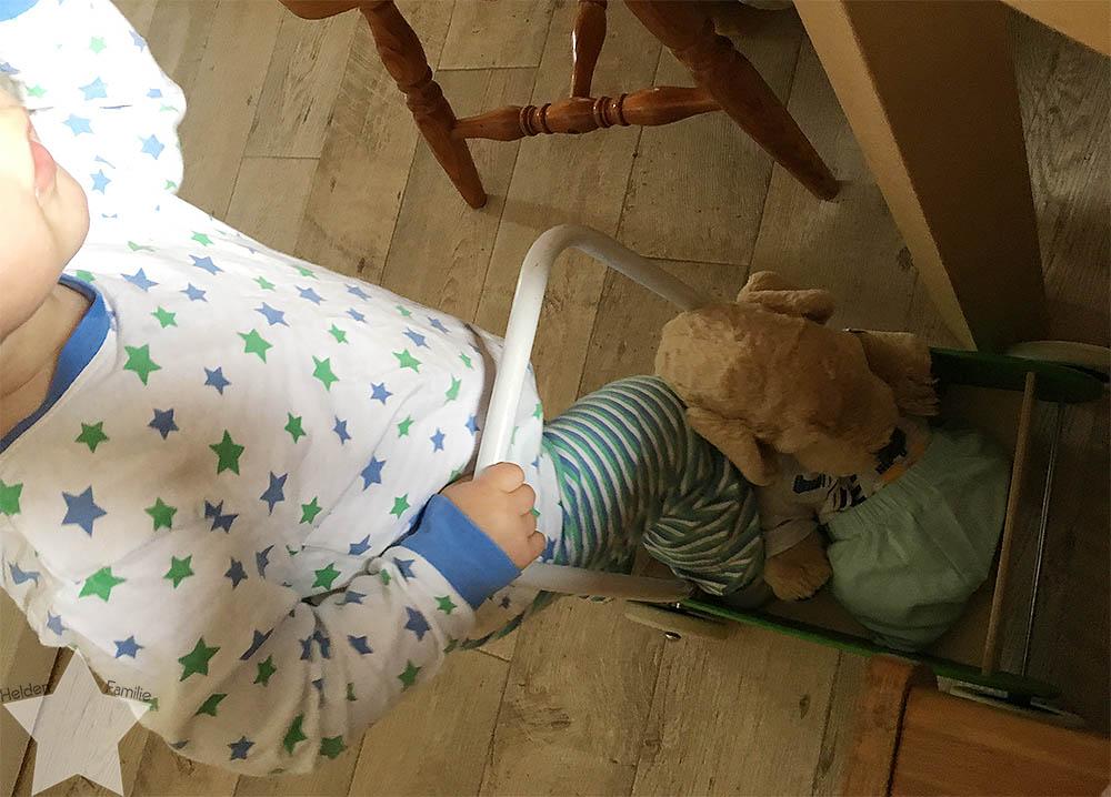 Sonnenwochenende - Kleinkind im Schlafanzug am Wochenende