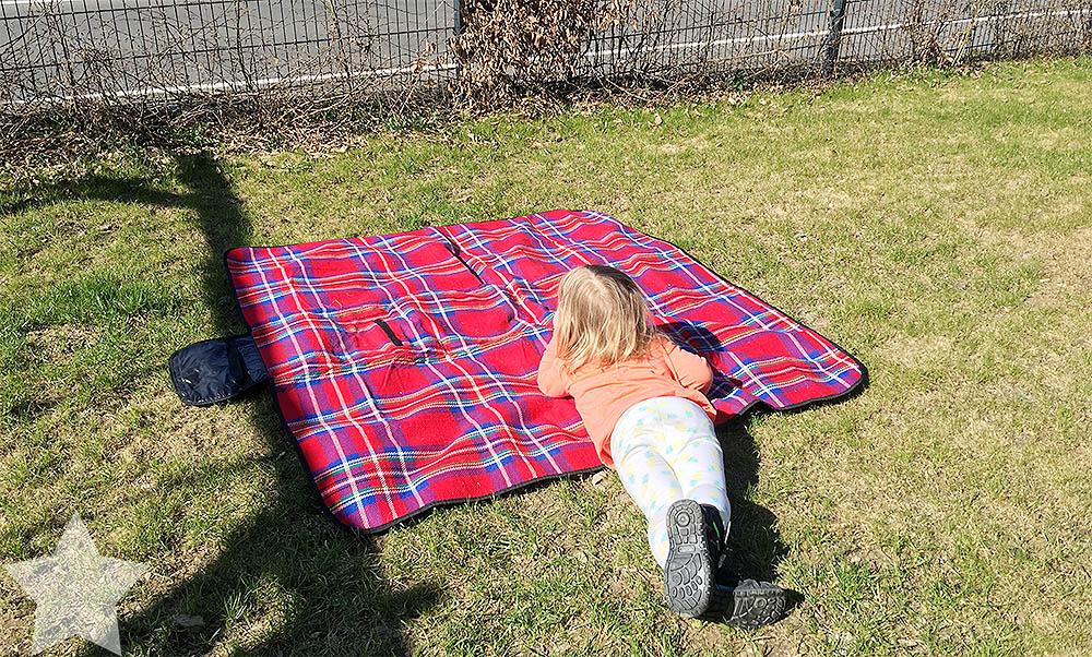 Sonnenwochenende - Kleinkind relaxt in der Sonne