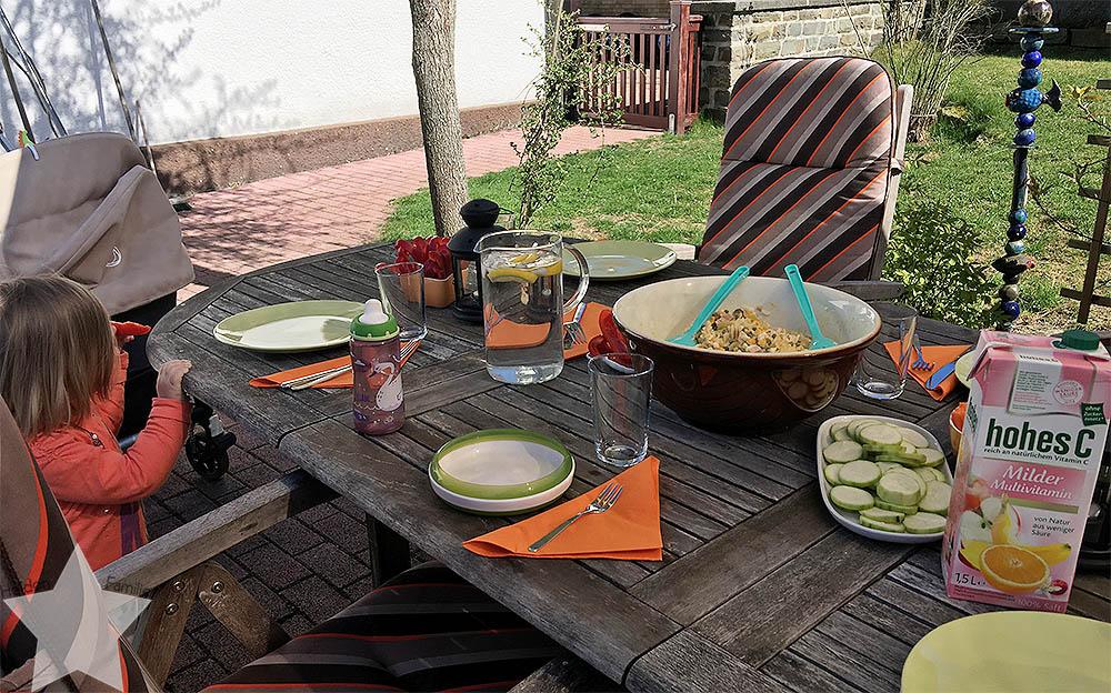 Sonnenwochenende - Tisch für das Grillen im Garten