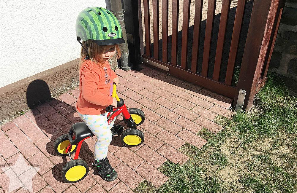 Sonnenwochenende - Kleinkind mit Helm