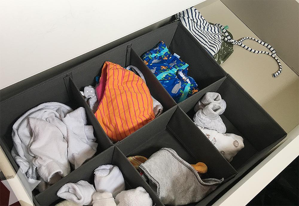Ostern in Bildern - Kommode mit Babykleidung