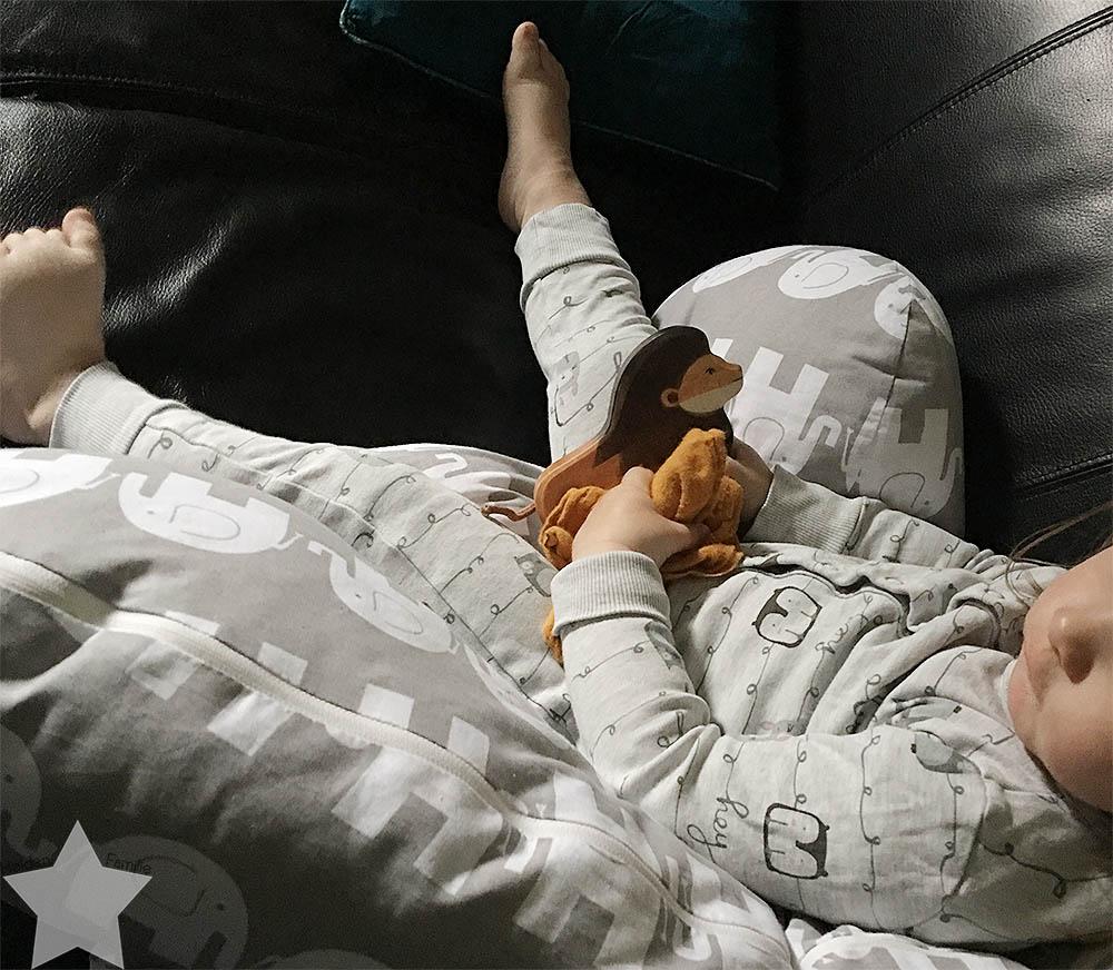 Ostern in Bildern - Kleinkind guckt TV