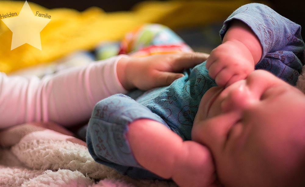 Wochenende in Bildern - Kleinkind kuschelt Baby