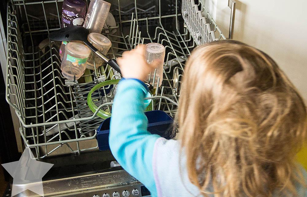 Wochenende in Bildern - ♥-Freunde Wiedersehen und Ausflug zum Affen- und Vogelpark - Kleinkind räumt Spülmaschine aus
