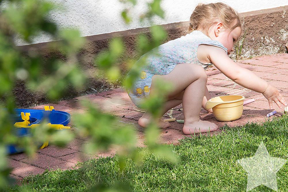 Wochenende in Bildern - Sonne, Garten, Wasserspiele - Kleinkind malt mit Kreide