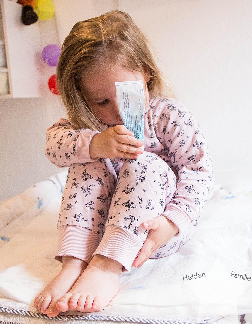 12 von 12 - Kleinkind cremt sich selbst ein