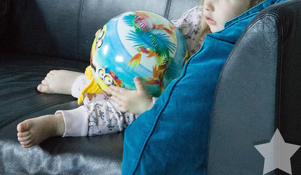 12 von 12 - Kleinkind schaut mit Ball im Arm fern