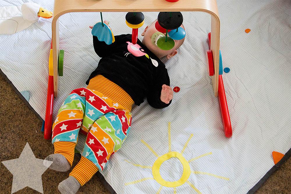 Wochenende in Bildern - Familiensamstag & Kreativsonntag - Baby liegt auf der Krabbeldecke