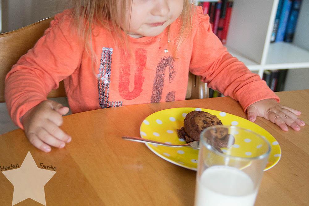 Wochenende in Bildern - Familiensamstag & Kreativsonntag - Kleinkind isst Muffin