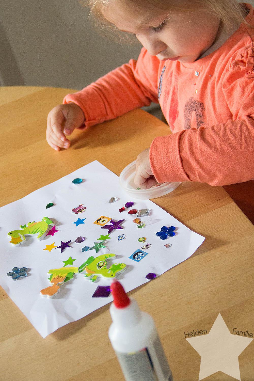 Wochenende in Bildern - Familiensamstag & Kreativsonntag - Kleinkind klebt