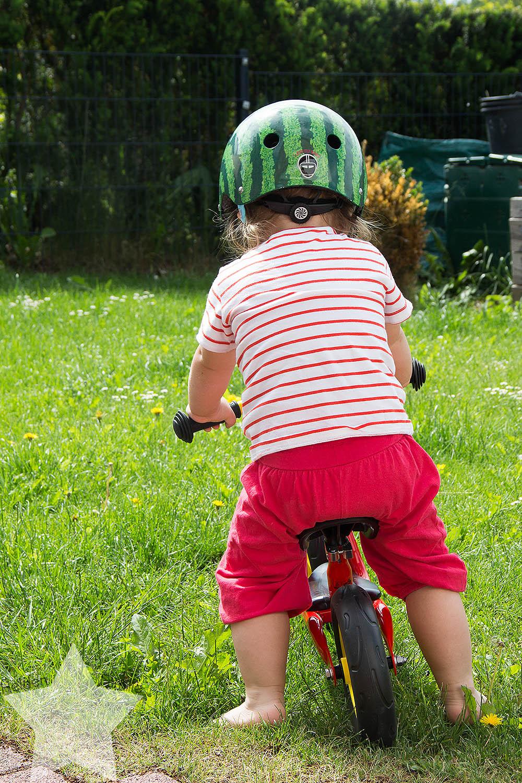 Der Sommer ist zurück! - Kleinkind auf dem Laufrad