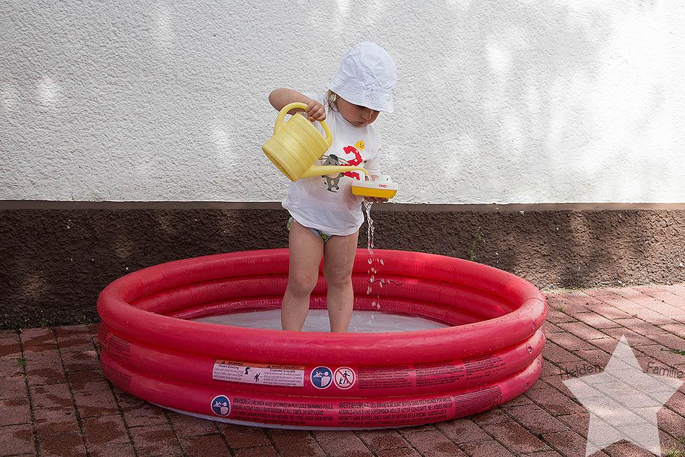 Der Sommer ist zurück! - Kleinkind im Planschbecken