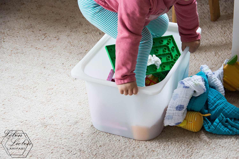 Lotte klettert in die Spielzeugkiste