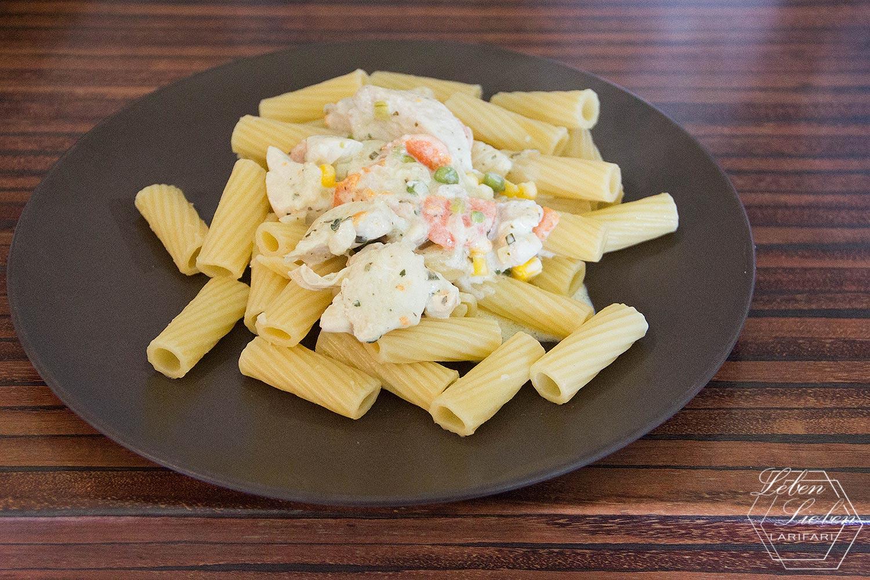 Mittagessen - Nudeln mit Gemüse und Hähnchen