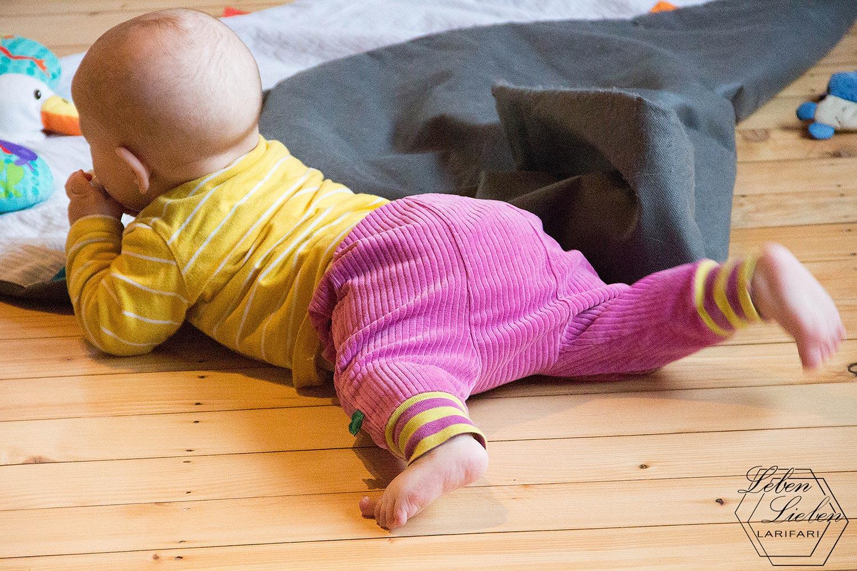 Baby kraxelt abends noch herum - #WIB