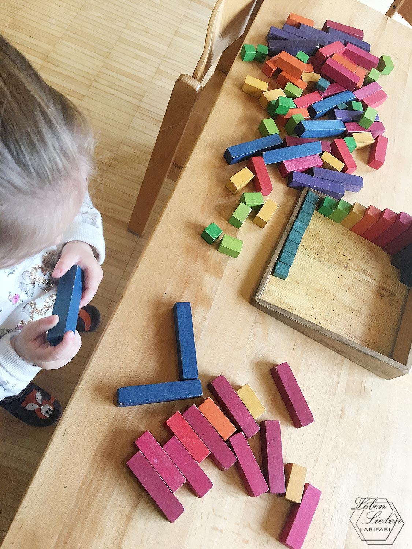 Lotte spielt bei der Eingewöhnung im Kinderhaus