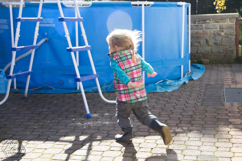 Lotte will bei der Poolreinigung helfen