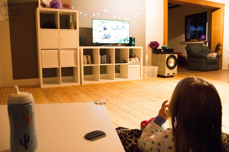 Läuse auskämmen, fernsehen und dabei Abendessen