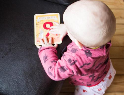 9 Monate Jona – Stehen, Robben & Quatschen