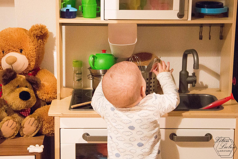 Jona spielt an der Kinderküche