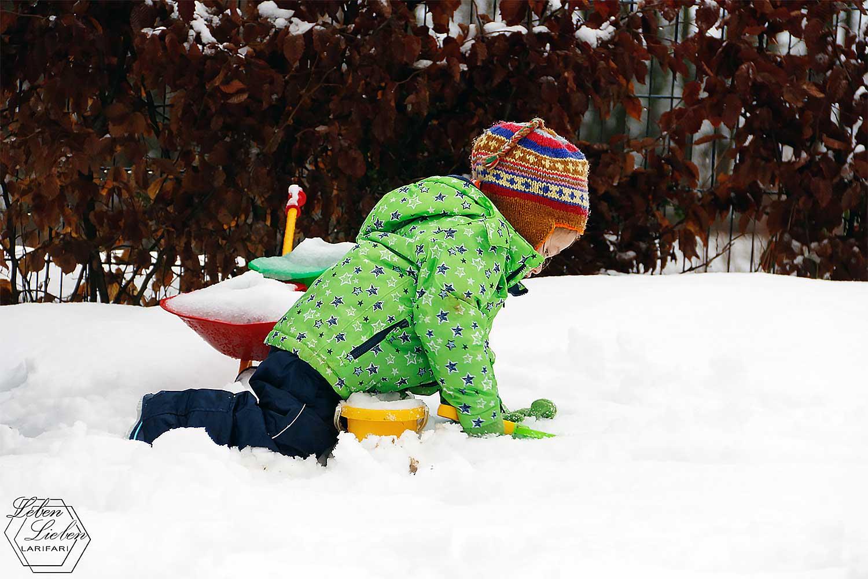 Lotte spielt im Schnee