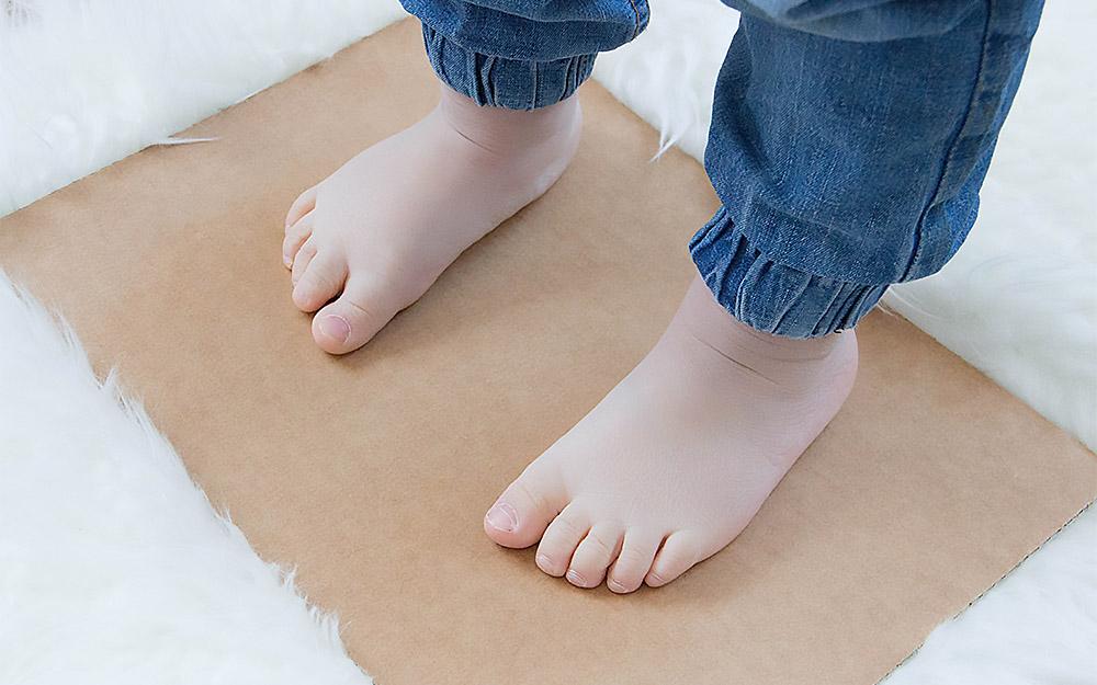 Füße auf die Pappe stellen