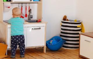 Baby spielt an der Kinderküche - gehört zu unserer Routine am Nachmittag
