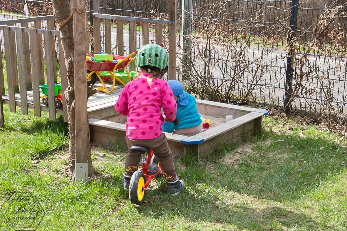 die Kinder spielen im Garten