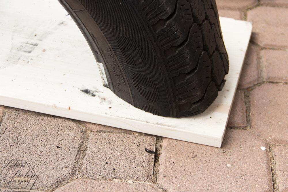 Reifen auf die Leimholzplatte legen