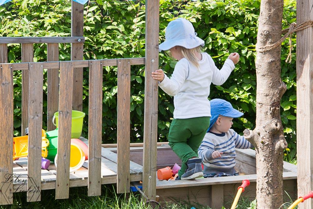 die Kinder im Garten