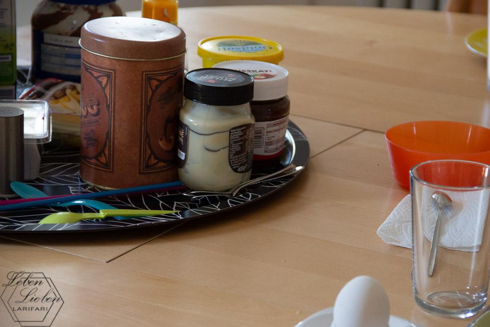 Frühstück vorbereiten, während die anderen Brötchen holen