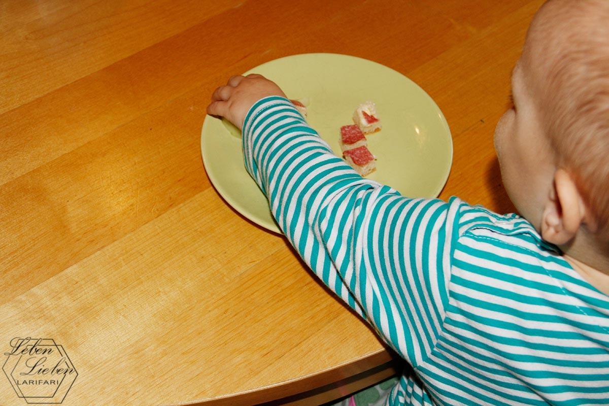 Jona isst selbst