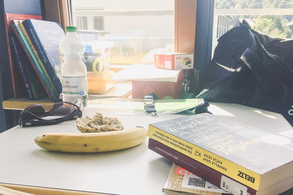 Bücher abgelegt, Snack essen