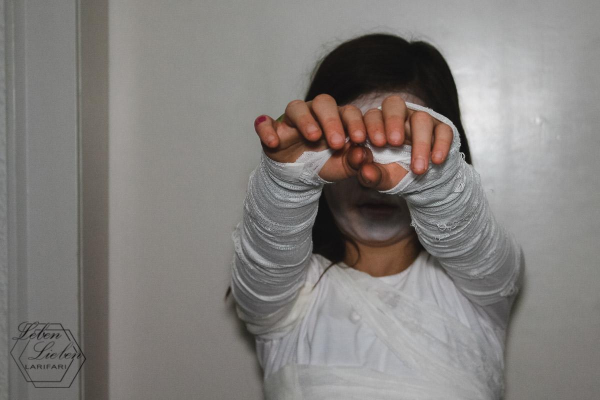 Nina ging an Halloween als Mumie zur Kostümparty