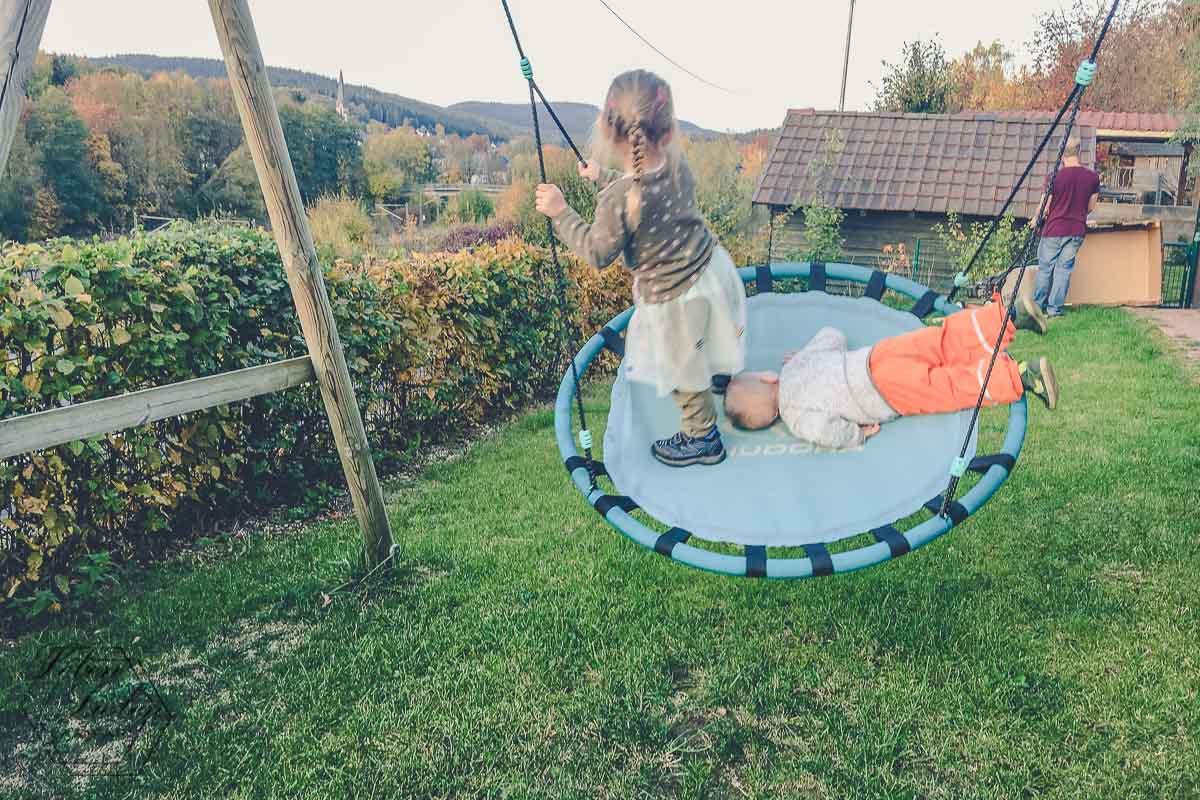 Lotte und Jona schaukeln