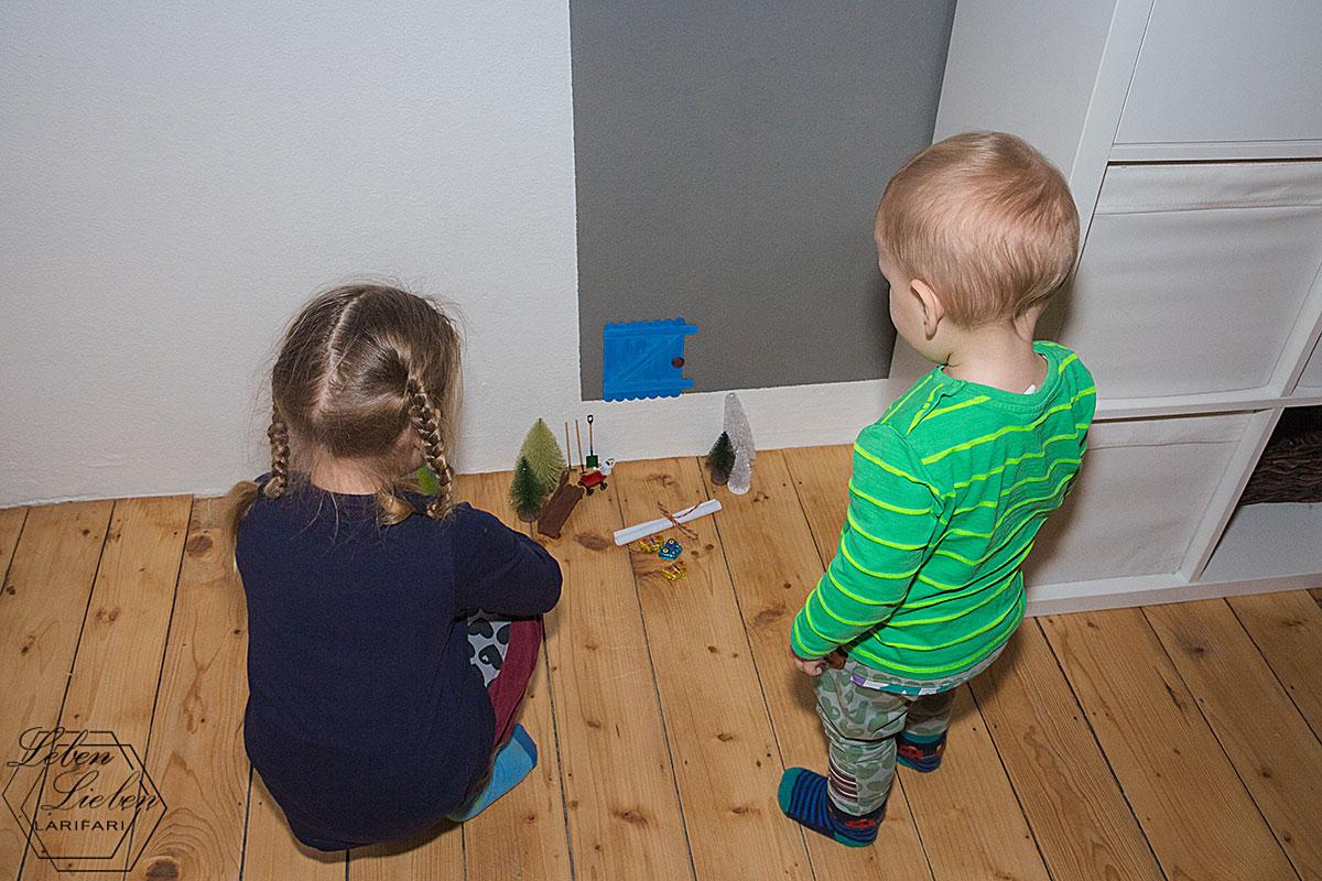 Die Kinder entdecken die Wichteltür