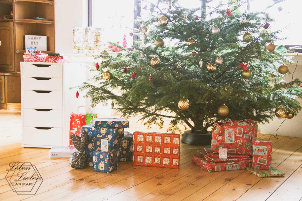 Weihnachten 2018 - die Geschenke liegen unter dem Baum