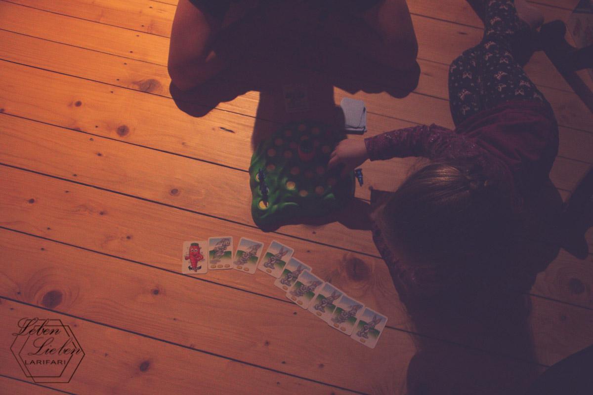 Lotte spielt ein Spiel mit Papa - 12von12 im Januar 2019