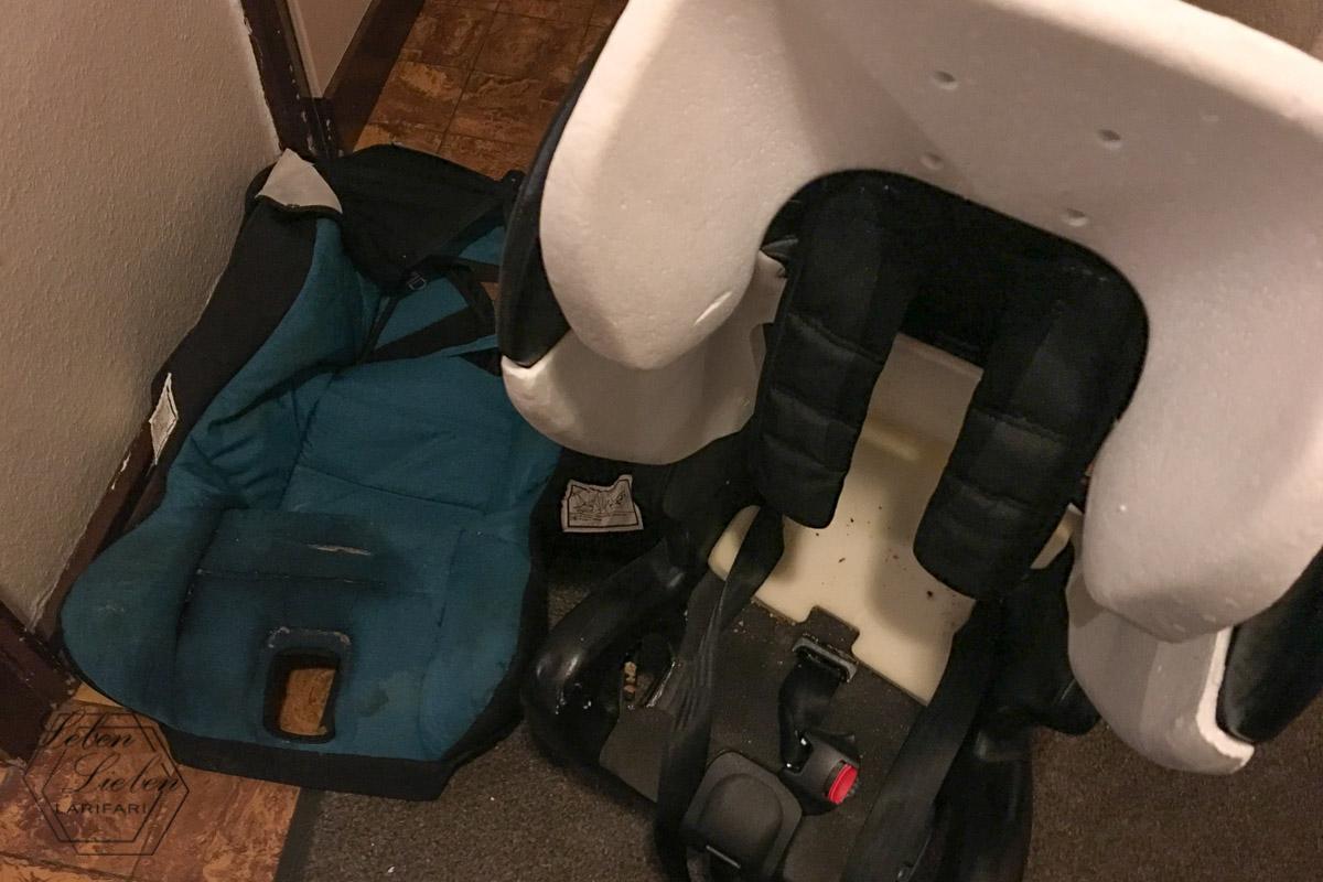 Kindersitz vom Bezug getrennt