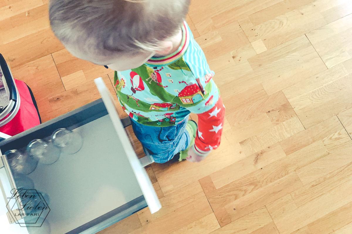 Montessori: Die Gläser in erreichbarer Höhe