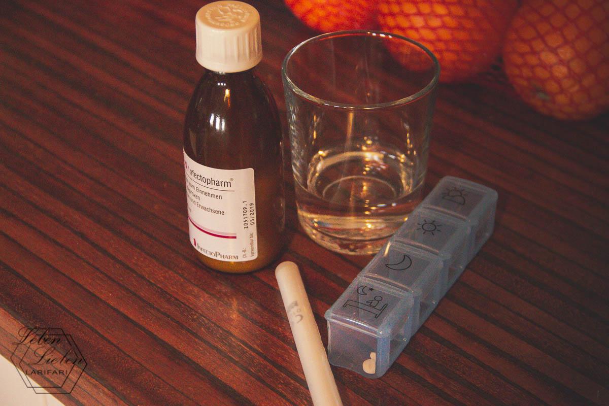 Lotte nimmt ihre Ration Medikamente am Morgen