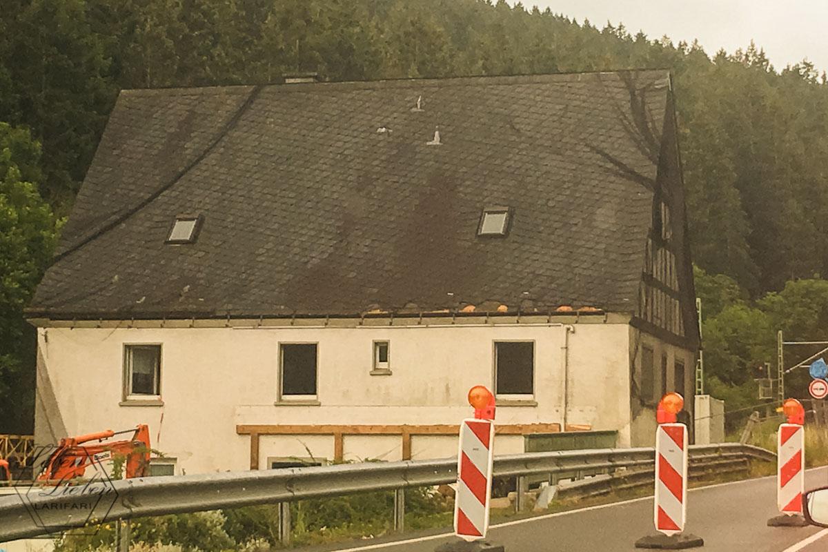 Ein Haus im Mückennetz. Oder so.