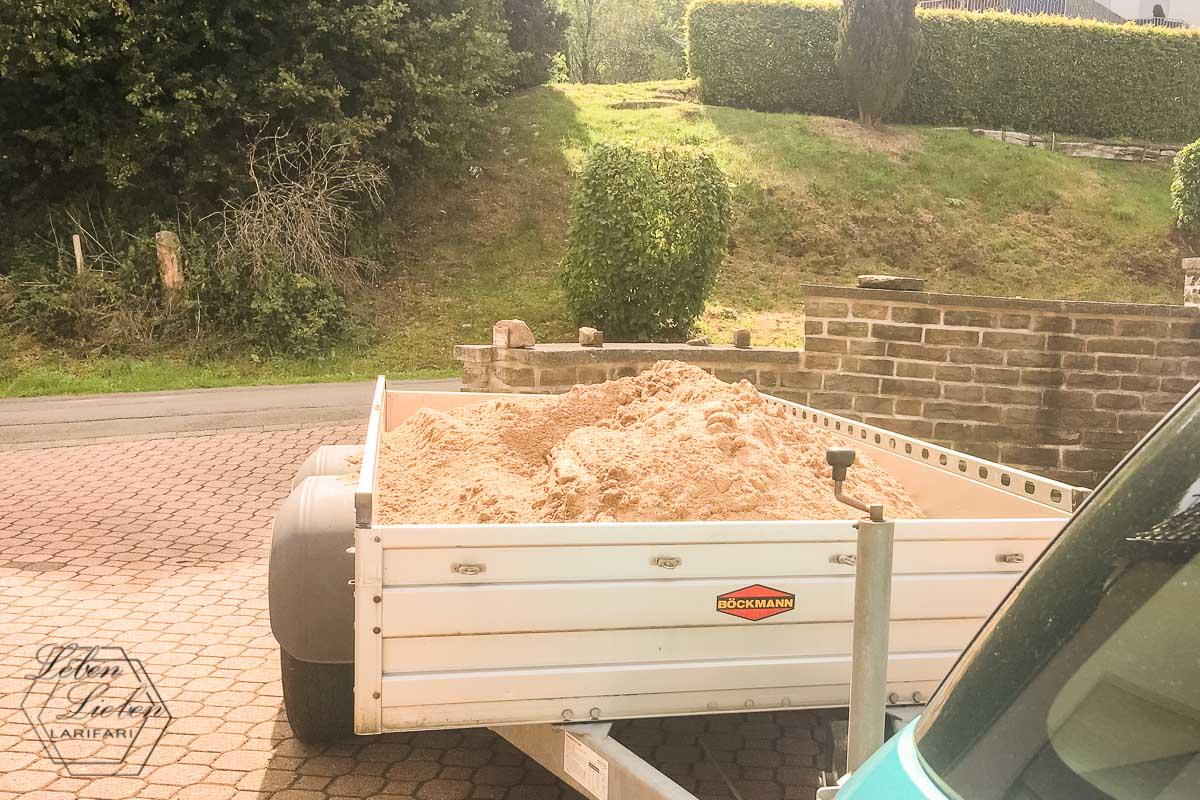 Sand holen für den neuen Sandkasten