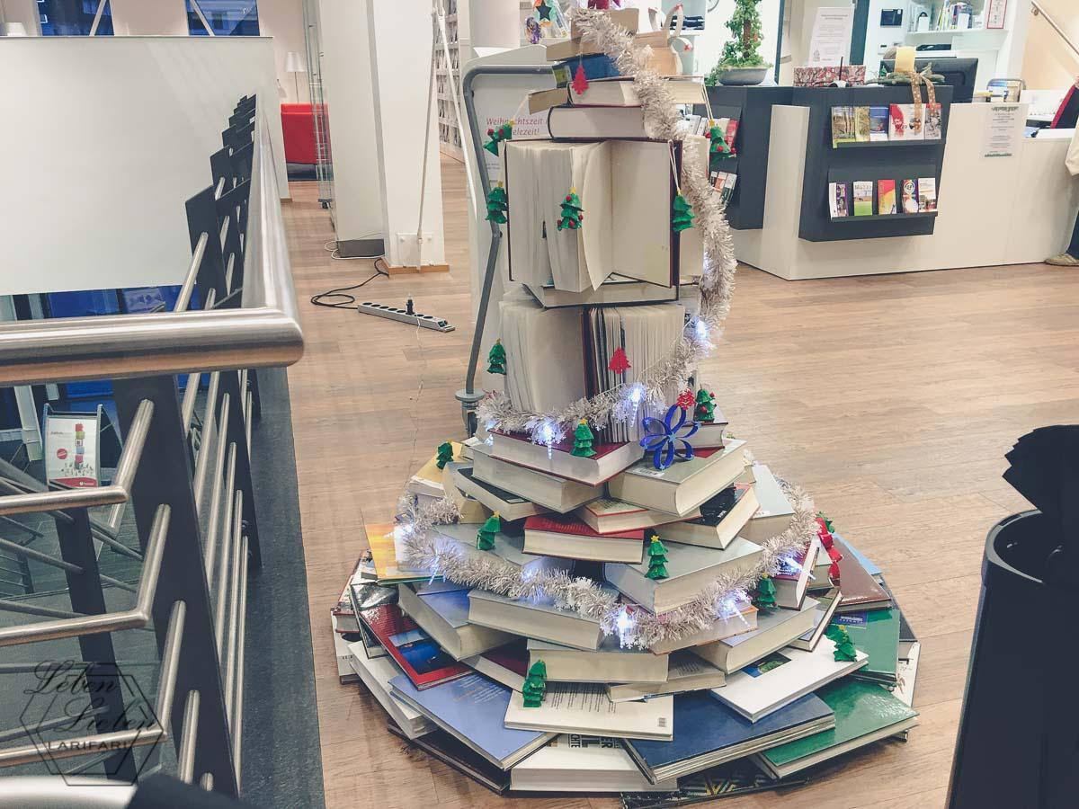 Weihnachtsbaum aus Büchern