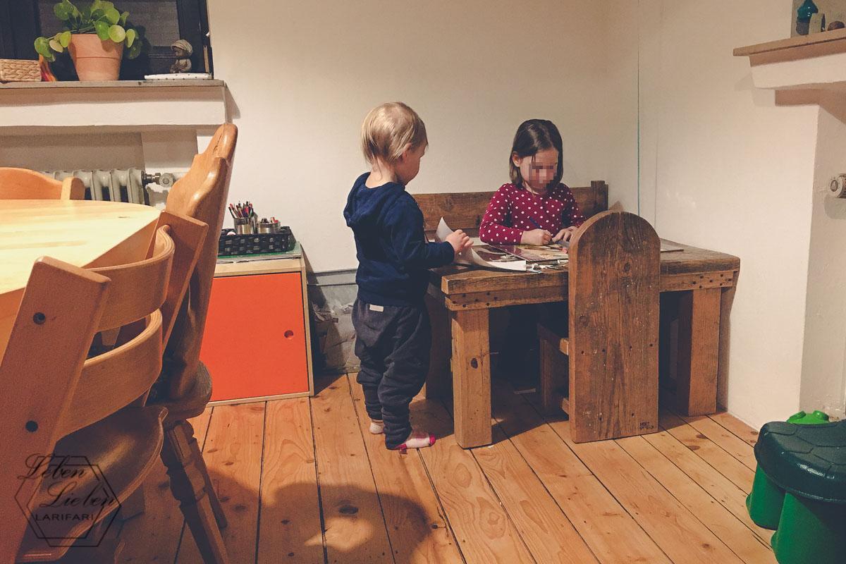 zuhause: die Kinder malen noch etwas