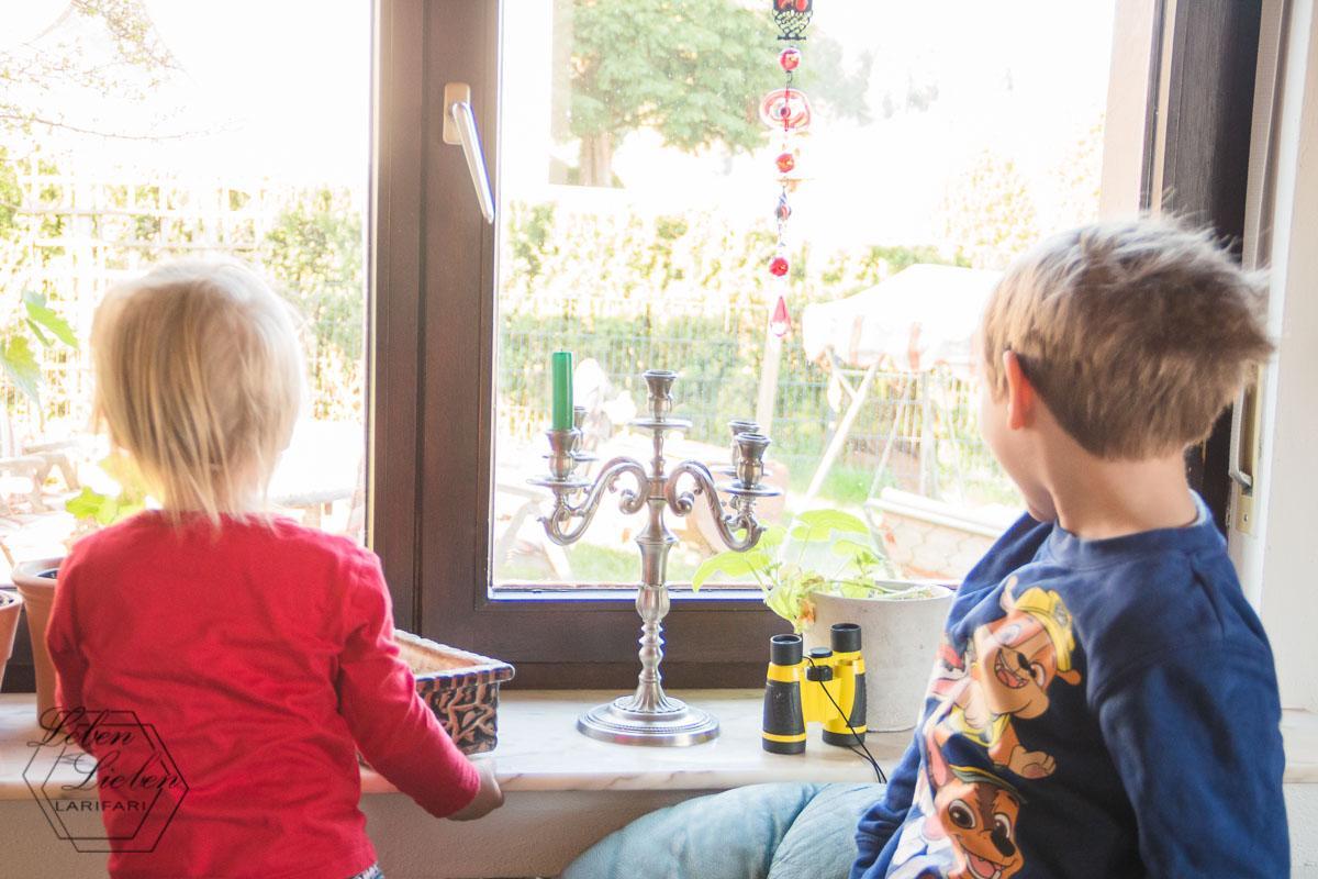 Ostersonntag: Die Kinder entdecken schon von drinnen die Eier