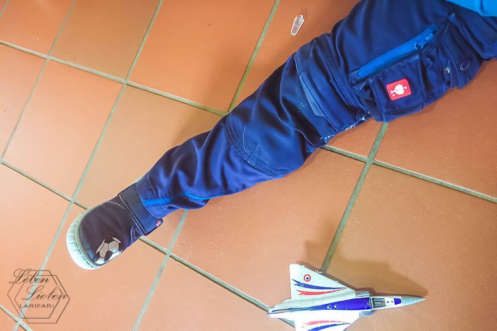 Mittelkind mit defektem Flieger