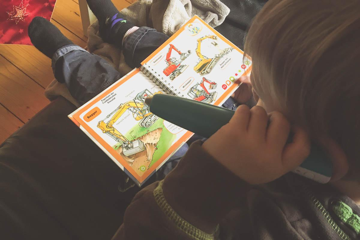 Jona schaut sich ein Buch an