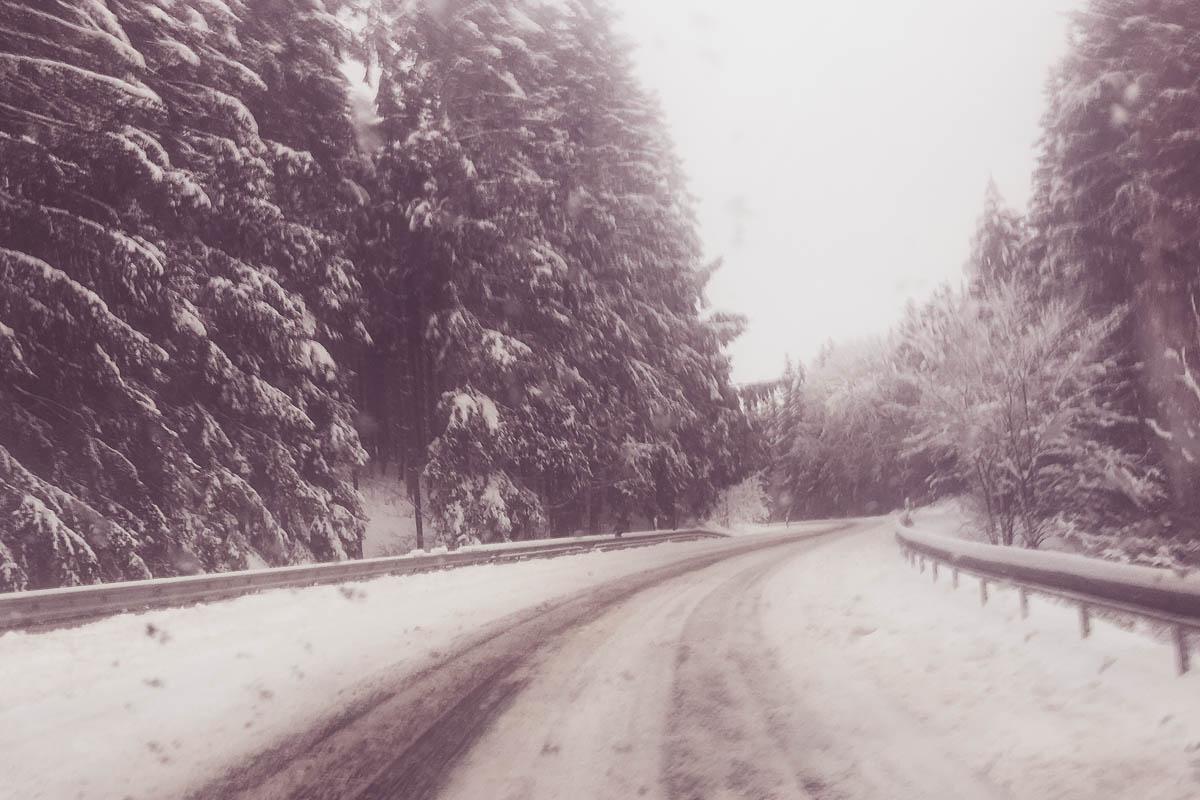 Verschneite Straßen im Sauerland